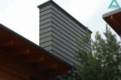 Дымоход облицован панелями из цинк-титана патинированного (графит), соединенными между собой в двойной полузакрытый фальц. Частный жилой дом, Козин, Обуховский район.