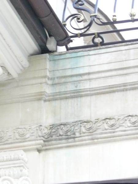 Отсутствие капельника, неправильно смонтированный медный желоб, приводят к зеленым следам на фасаде.