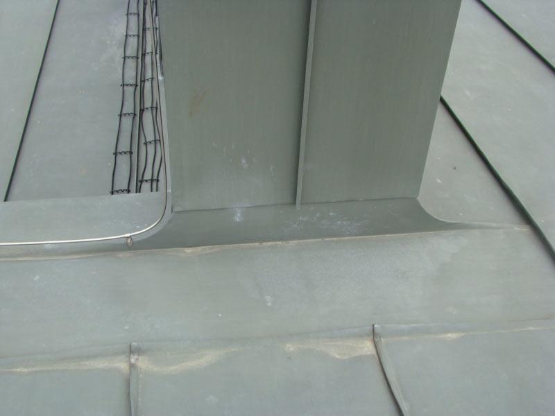 Правильно выполненный оклад вентиляционного канала. Цинк-титан, частный жилой дом, Козин, Обуховский район.