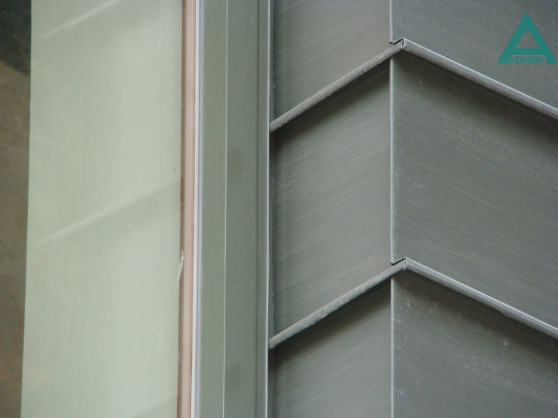 Фасад облицован панелями из цинк-титана патинированного (графит), соединенными между собой в двойной полузакрытый фальц. Частный жилой дом, Козин, Обуховский район.