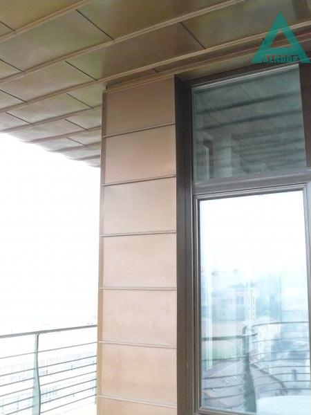 Фасад облицован панелями из меди классической, соединенными между собой в двойной полузакрытый фальц. Жилой дом, ул.Московская,27, Киев.