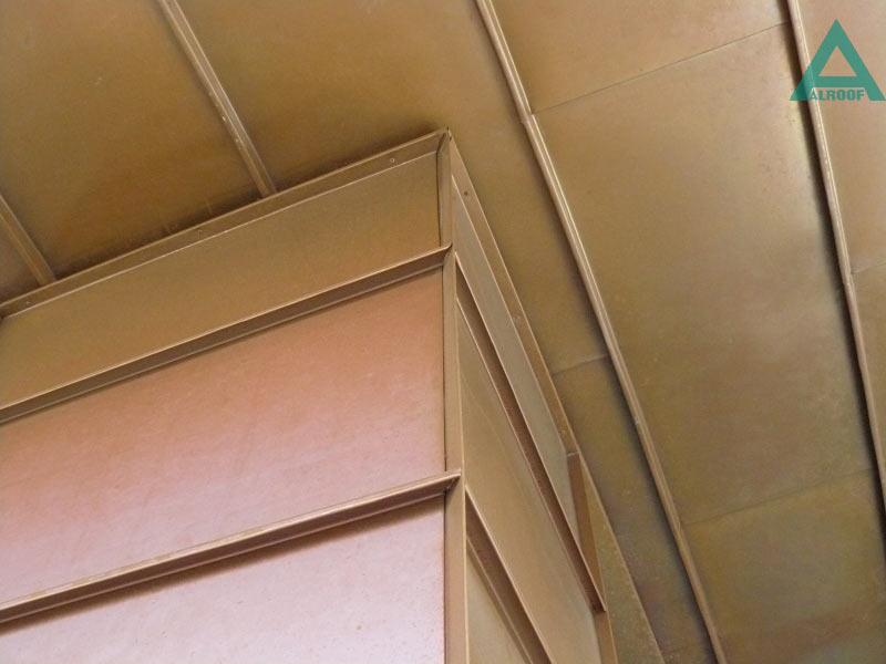 Фасад облицован панелями из меди классической, соединенными между собой в двойной полузакрытый фальц. Жилой дом, ул.Московская,27, Киев..